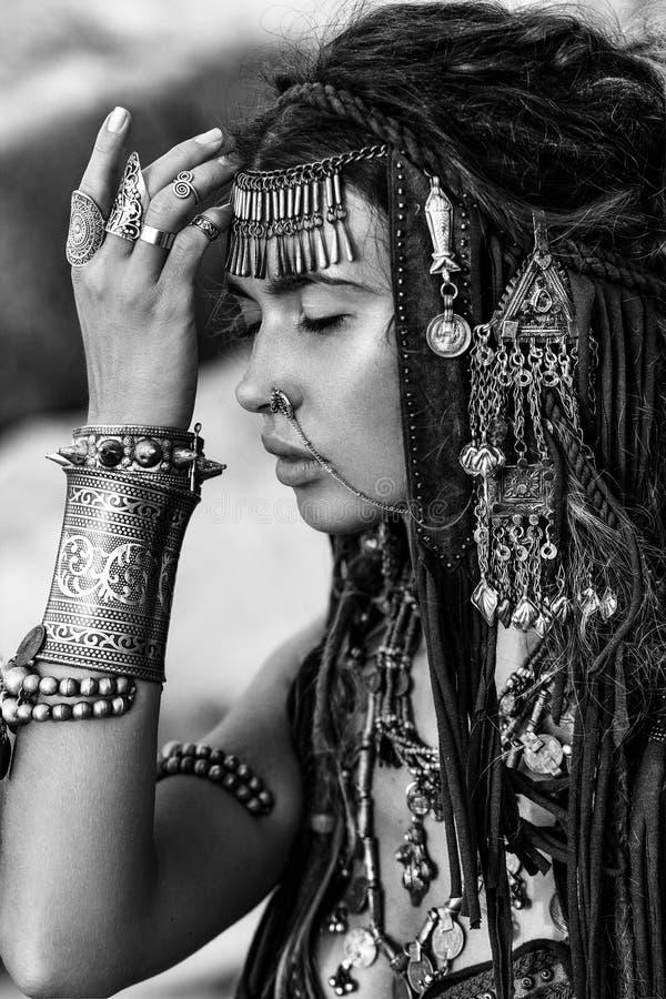 Piękny plemienny kobieta tancerz zamknięty w górę portreta przy kamiennym tłem obraz royalty free