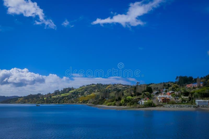 Piękny plenerowy krajobraz niektóre domowi budynki lokalizować przy palafitos w Castro, Chiloe wyspa, Patagonia zdjęcie royalty free