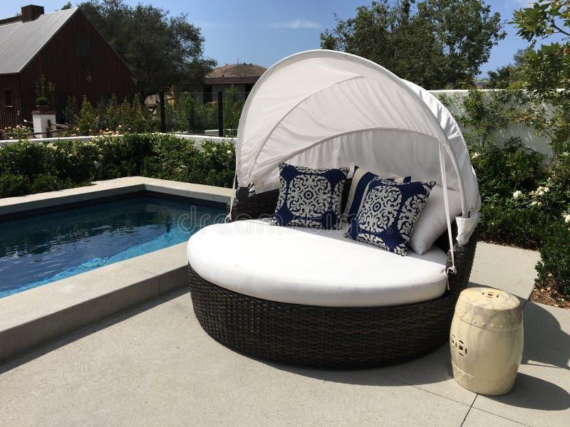 Piękny Plenerowy patio basen, Cabana i zdjęcie stock