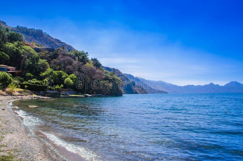 Piękny plenerowy widok brzeg przy Jeziornym Atitlan podczas wspaniałej błękitne wody w Gwatemala i słonecznego dnia, obrazy stock