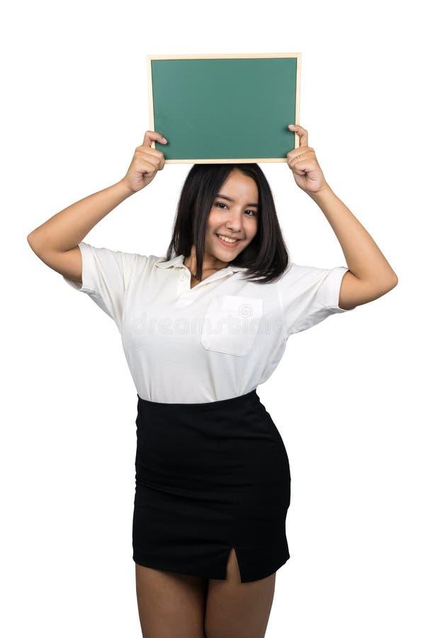 Piękny plus wielkościowa Azjatycka kobieta trzyma małego puste miejsce zieleni chalkboard zdjęcie royalty free