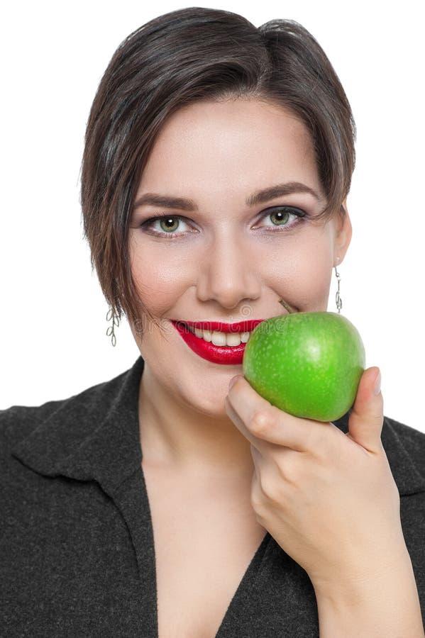 Piękny plus wielkościowa kobieta z zielonym jabłkiem odizolowywającym obrazy royalty free