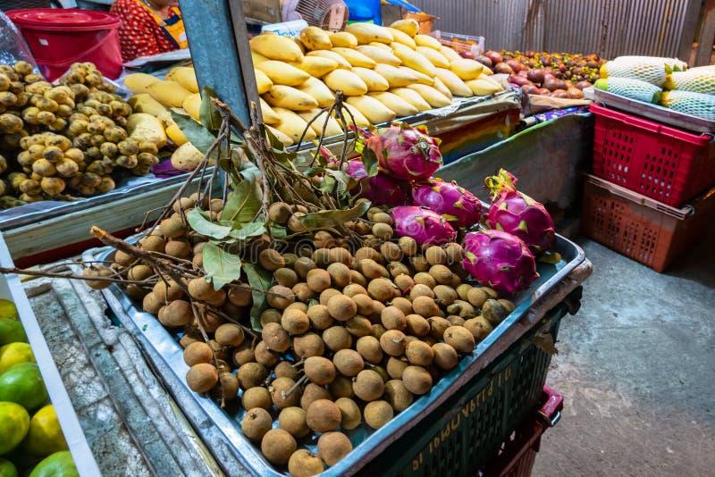 Piękny pokaz tropikalne i egzotyczne owoc przy miejscowego rynkiem w Tajlandia zdjęcia royalty free