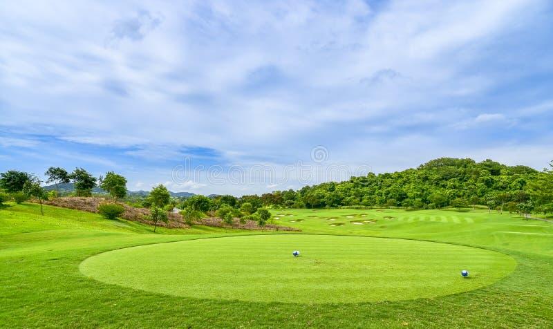 Pi?kny pole golfowe, piaska bunkier i zielona trawa, obraz royalty free