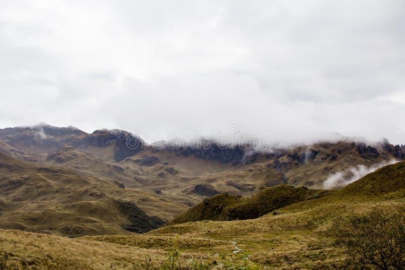 Piękny pole z zadziwiać skaliste góry i wzgórza w zadziwiającym chmurnym niebie i tle obrazy royalty free