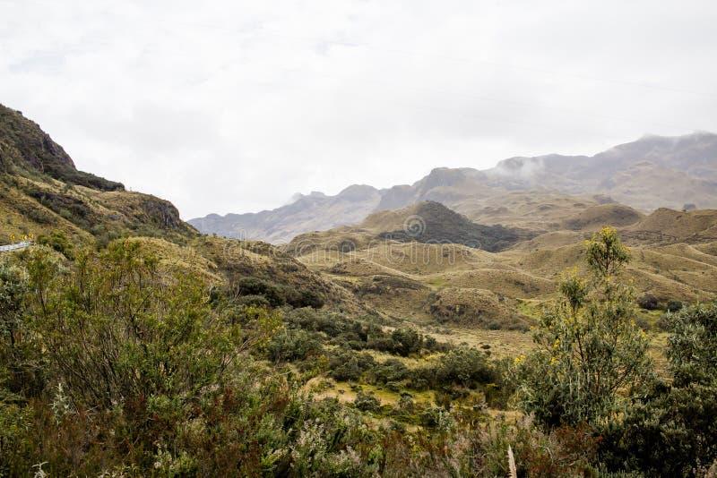 Piękny pole z zadziwiać skaliste góry i wzgórza w zadziwiającym chmurnym niebie i tle zdjęcia royalty free
