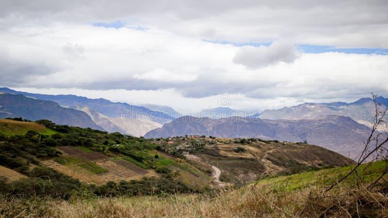 Piękny pole z zadziwiać skaliste góry i wzgórza w zadziwiającym chmurnym niebie i tle obraz royalty free