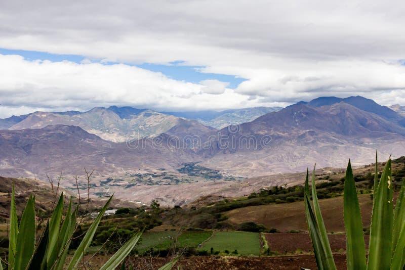 Piękny pole z zadziwiać skaliste góry i wzgórza w zadziwiającym chmurnym niebie i tle obraz stock