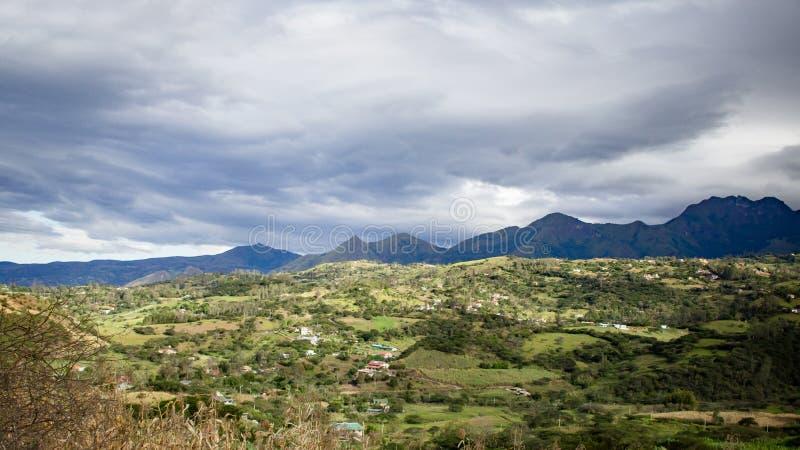 Piękny pole z zadziwiać skaliste góry i wzgórza w zadziwiającym chmurnym niebie i tle fotografia royalty free