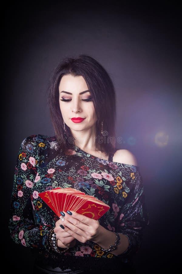 Piękny pomyślność narrator zastanawia się na Tarot kartach obrazy stock