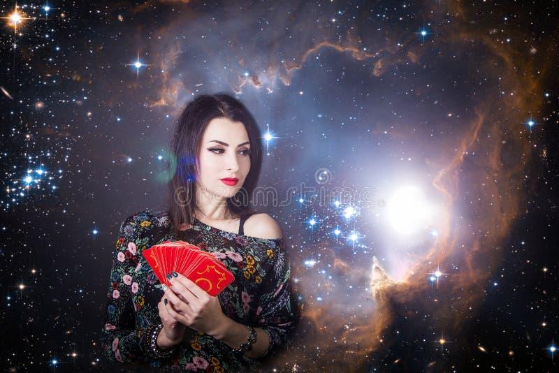 Piękny pomyślność narrator zastanawia się na Tarot kartach fotografia stock