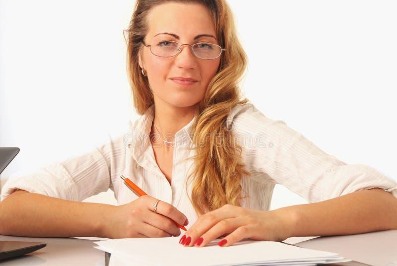 Piękny pomyślny bizneswoman pracuje z dokumentami w zdjęcie stock