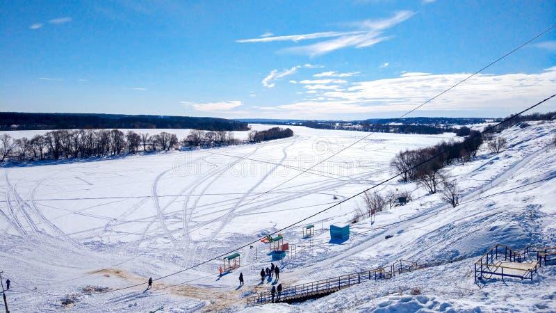 Piękny ponamara w zimie Rzeka zakrywa z lodem i śniegiem Styczeń 33c krajobrazu Rosji zima ural temperatury Jasny niebieskie nieb zdjęcia royalty free