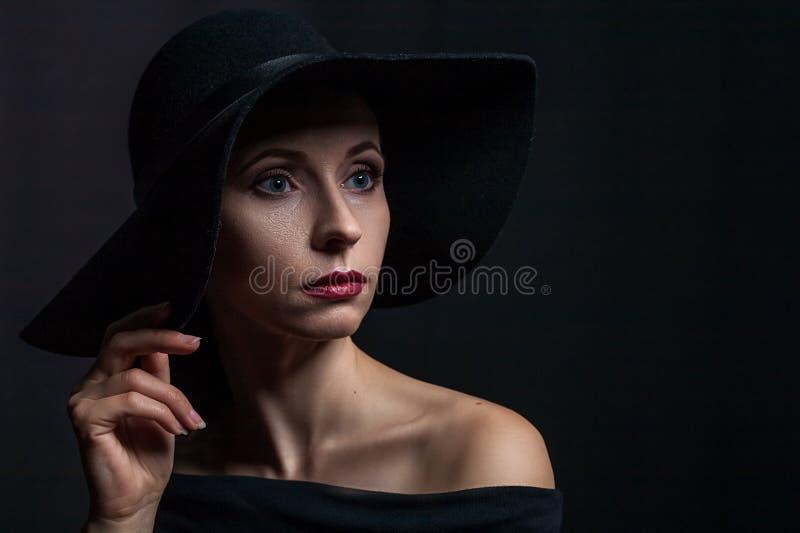 Piękny portret kobieta w czarnym kapeluszu zdjęcia stock