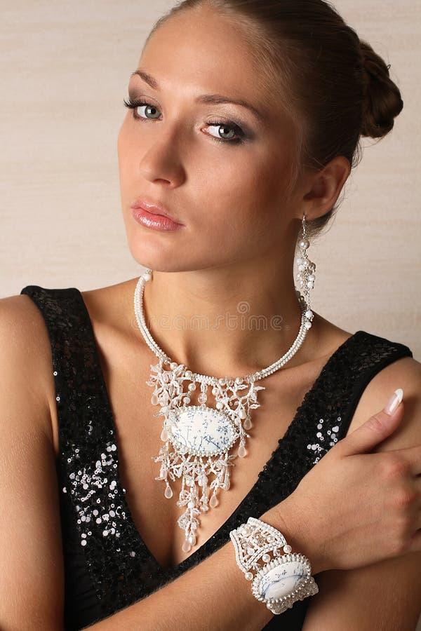 Piękny portret kobieta z biżuterią fotografia stock