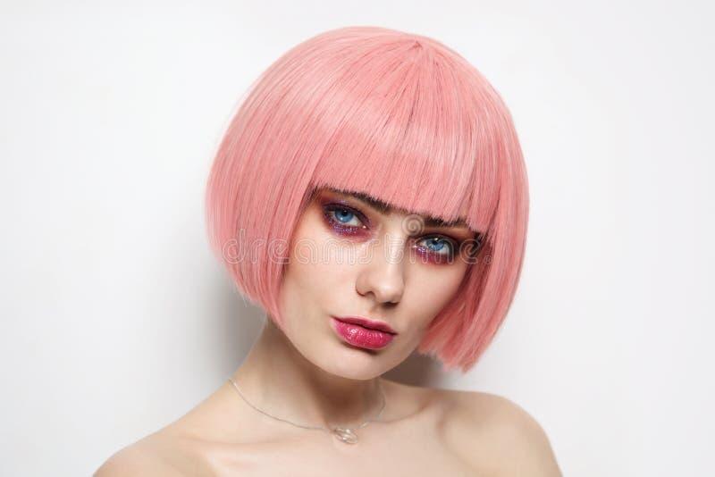 Piękny portret kobiety z różowymi włosami i fantastycznym makijażem zdjęcia royalty free