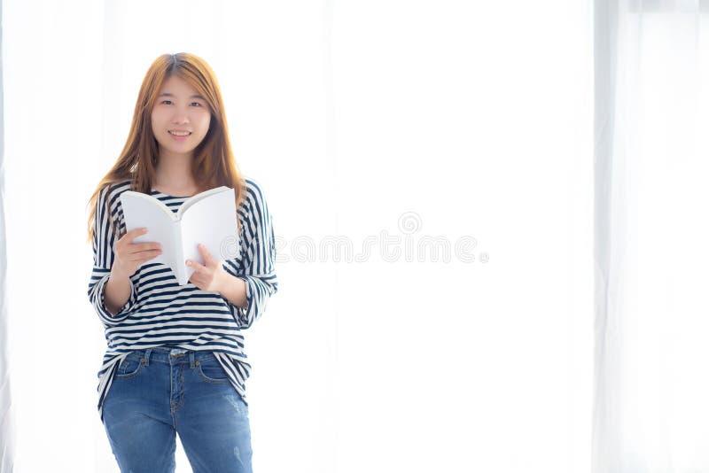 Piękny portret młoda azjatykcia kobieta relaksuje trwanie czytelniczą książkę na sypialni w domu zdjęcie stock