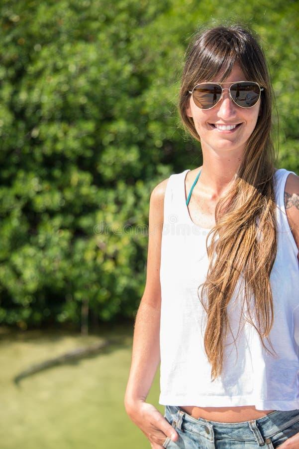 Piękny portret młoda dziewczyna z sunglass Naturalny, żadny robi zdjęcie royalty free