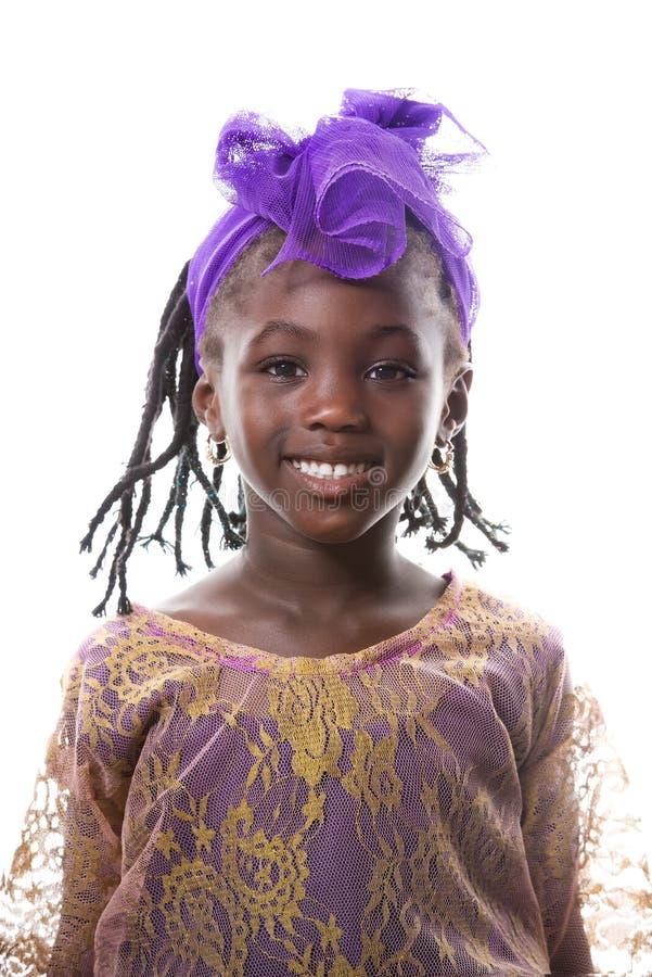 Piękny portret szczęśliwy małej dziewczynki ono uśmiecha się odosobniony zdjęcia stock