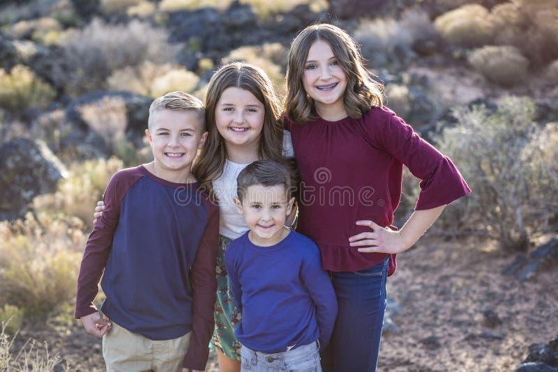 Piękny portret uśmiechnięci szczęśliwi dzieciaki outdoors zdjęcie stock