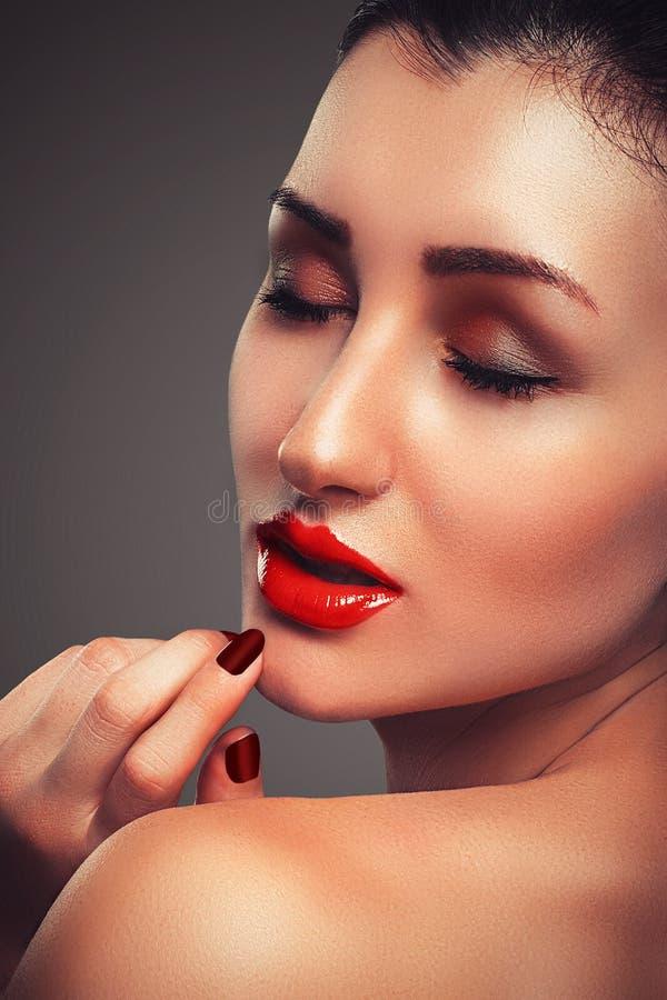 Piękny portret zmysłowy europejski młoda kobieta model z splendor warg czerwonym makijażem zdjęcia stock