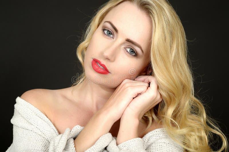 Piękny portret Zrelaksowana Rozważna Młoda blondynki kobieta zdjęcia stock