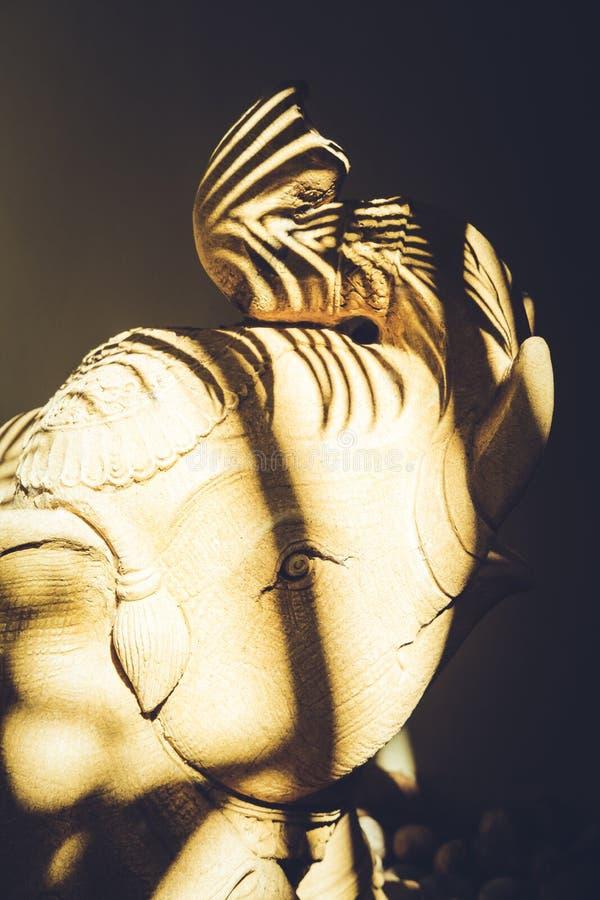 Piękny posąg słonia na podwórku z cieniami z liści dłoni obraz stock