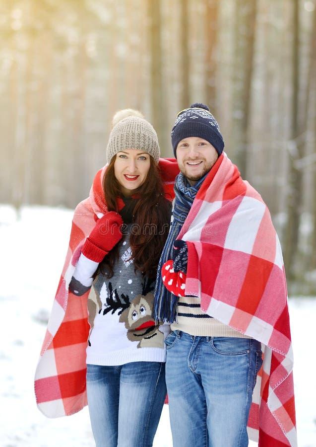 Piękny potomstwo pary odprowadzenie w Śnieżnym zima lesie obrazy royalty free