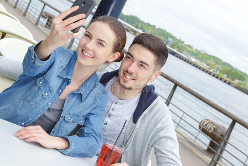 Piękny potomstwo pary selfie obraz royalty free