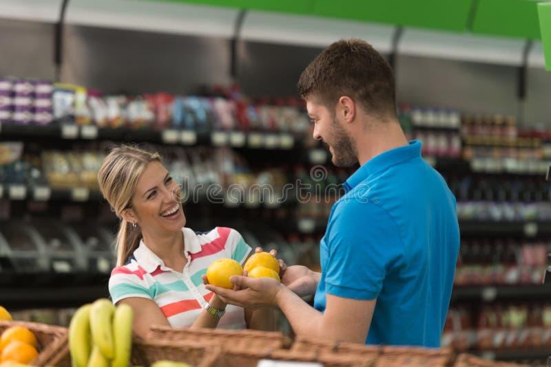 Piękny potomstwo pary zakupy W sklepu spożywczego supermarkecie fotografia royalty free