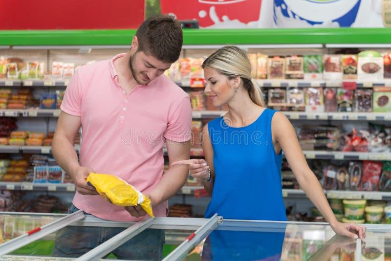 Piękny potomstwo pary zakupy W sklepu spożywczego supermarkecie zdjęcie royalty free