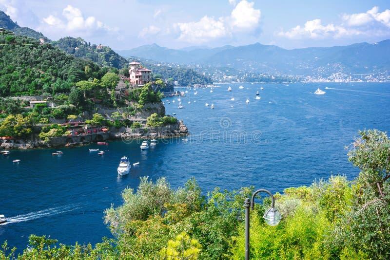 Piękny powietrzny światło dzienne widok od wierzchołka łodzie na wodzie, kolorowych domach i willach w Portofino miasteczku Włoch fotografia royalty free