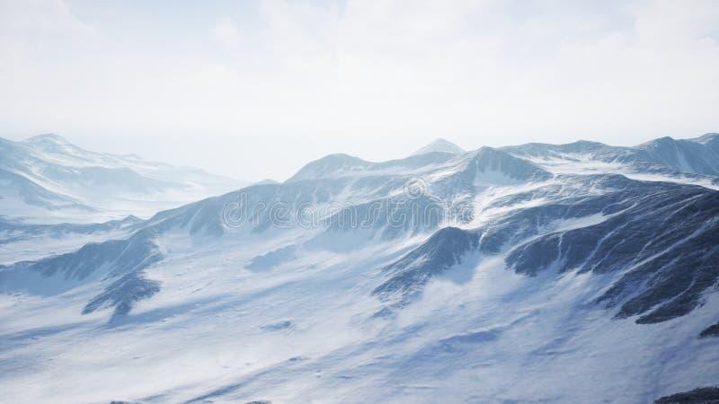 Piękny Powietrzny lot Nad Śnieżną górą obraz stock