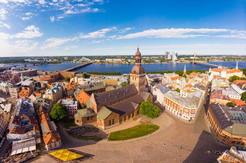 Piękny powietrzny panoramiczny widok od trutnia W pogodnym letnim dniu histirical centrum Ryski i quay rzeczny Daugava s?awny obraz royalty free