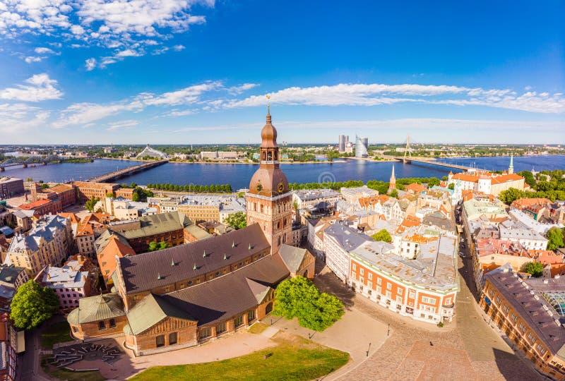 Piękny powietrzny panoramiczny widok od trutnia W pogodnym letnim dniu histirical centrum Ryski i quay rzeczny Daugava s?awny obrazy stock