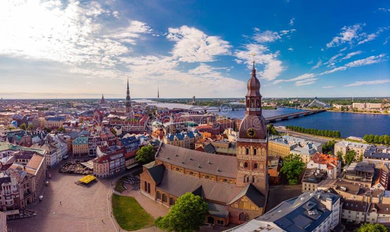 Piękny powietrzny panoramiczny widok od trutnia W pogodnym letnim dniu histirical centrum Ryski i quay rzeczny Daugava s?awny obrazy royalty free