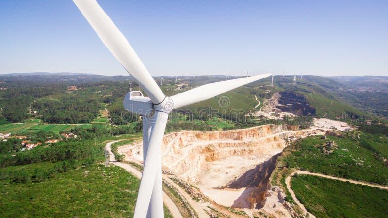 Piękny powietrzny zakończenie widok wiatraczki na polu, Portugalia obrazy royalty free