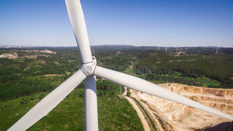 Piękny powietrzny zakończenie widok wiatraczki na polu, Portugalia zdjęcia stock