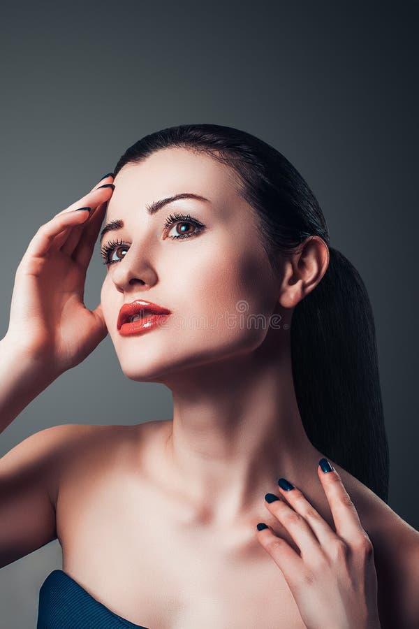 Piękny pozuje zmysłowy kobiety zakończenie w górę portreta fotografia stock