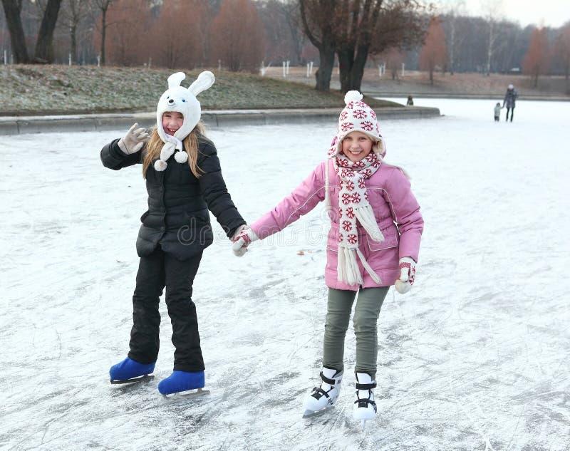 Piękny preteen dziewczyny łyżwiarstwo figurowe w otwartej zimie jeździć na łyżwach Rin zdjęcia royalty free
