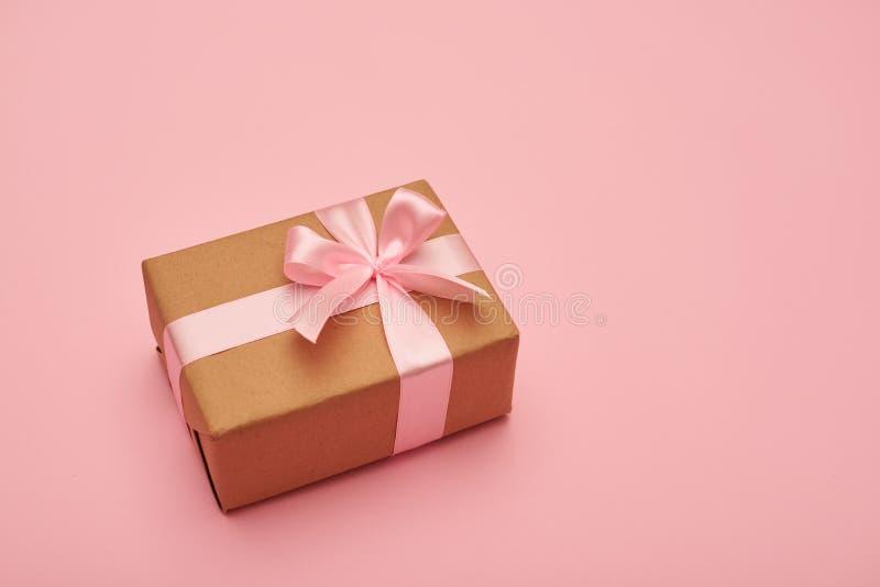Piękny prezenta pudełka lying on the beach na różowy flatlay fotografia royalty free