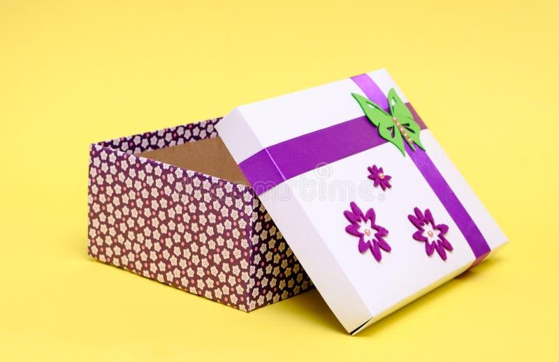 Piękny prezenta pudełko z purpurowym łękiem obraz royalty free