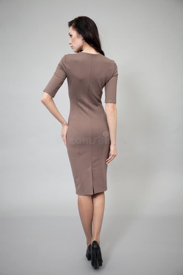 Piękny profesjonalisty model w ciemnego brązu sukni obraz stock