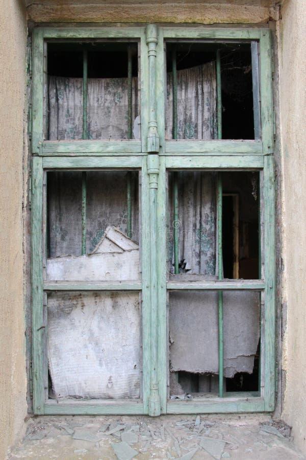Piękny projekt stary okno z łamanymi szkłami zaniechany dom w Bułgarskiej wiosce obrazy royalty free