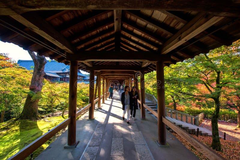 Piękny przejście z spadków kolorami, Kyoto obraz stock