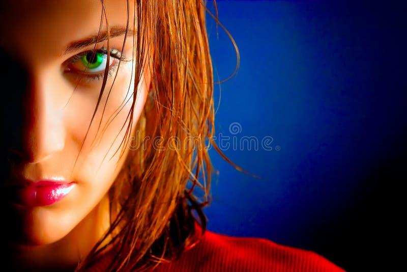 piękny przyglądający się dziewczyny zieleni portret fotografia stock