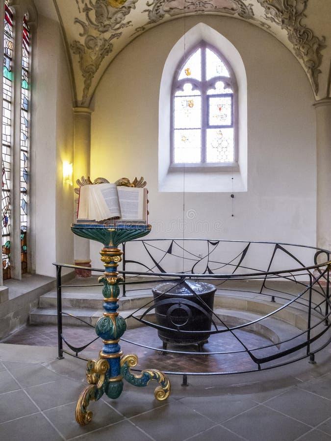 Piękny pulpit i chrzestna chrzcielnica w St Gangolf kościół - drugi stary kościelny budynek w starym miasteczku fotografia stock