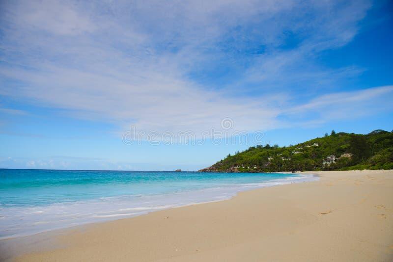 Pi?kny pusty Seychelles pla?y widoku s?o?ca dzie? fotografia stock