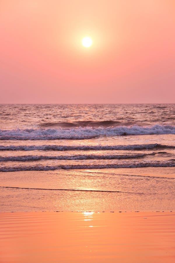 Piękny różowy zmierzch dalej nad oceanem indyjskim fotografia stock