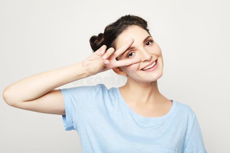 Piękny radosny żeński ono uśmiecha się, demonstrujący białych zęby zdjęcia stock